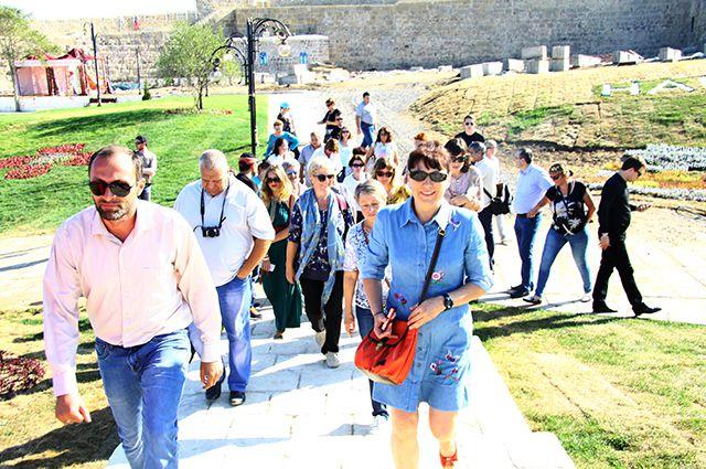 Пассажиры туристского поезда «Чайный экспресс» посетили Дербент (АиФ — Дагестан)